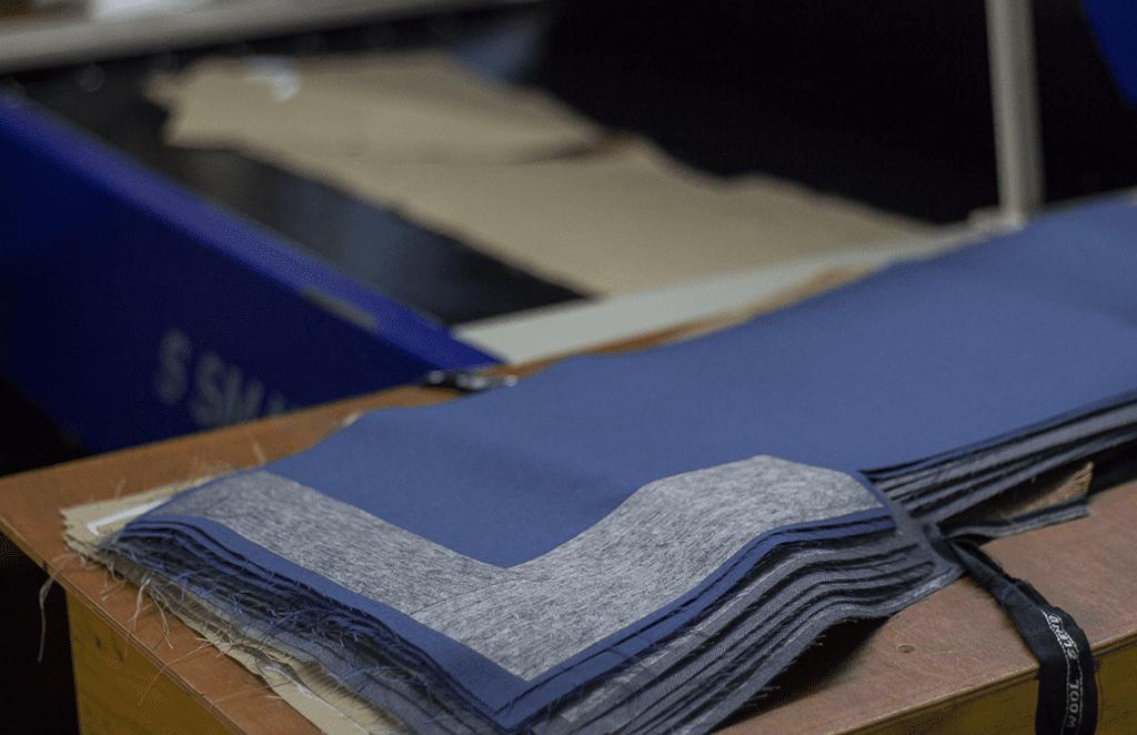¿Sabes cuáles son los tejidos y materiales más utilizados en los uniformes empresariales?